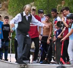 Danny Leon skate déguisé en vieux papi