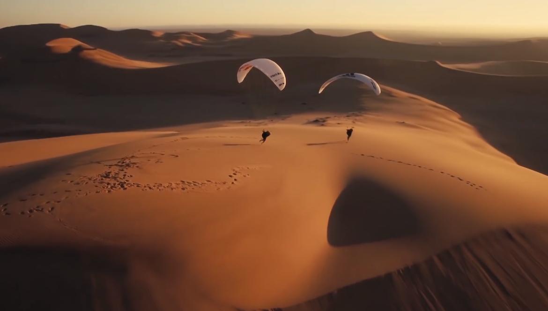 Du parapente dans les dunes de Namibie