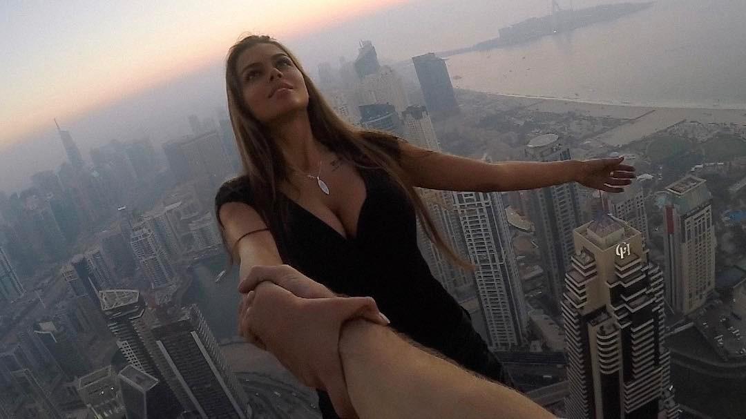 Viki Odintcova prend une photo de l'extrême