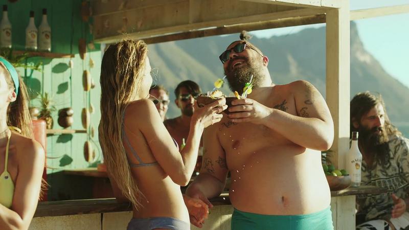 Alana Blanchard sexy dans la pub de Malibu avec The Fat Jewish ! string thong nude nue bikini