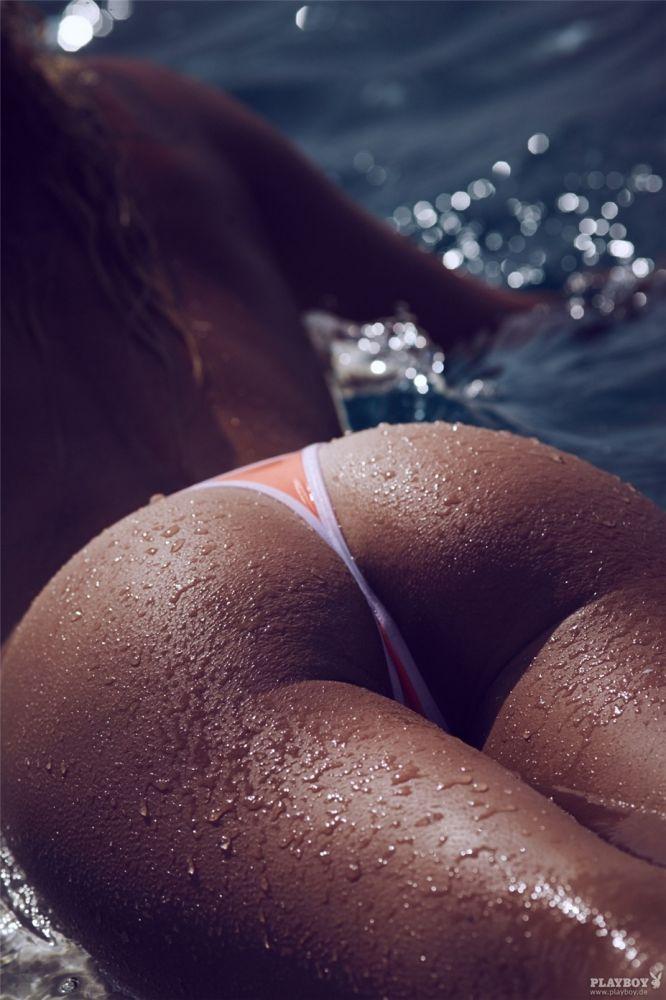 Фото больших мокрых жоп в стрингах