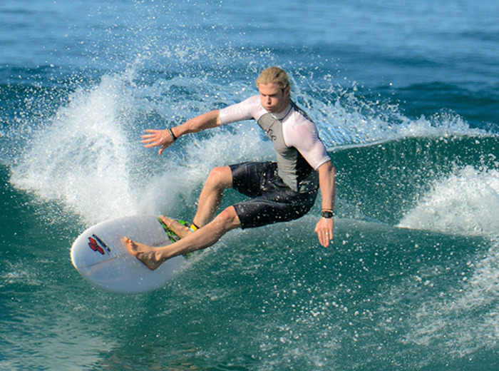 Chris-Hemsworth-surf
