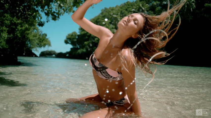 Alana Blanchard présente son Bikini string hot nude thong