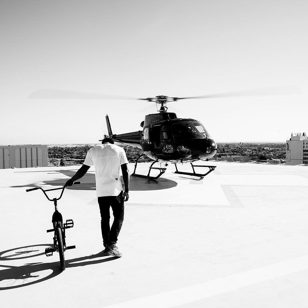 Le rider BMX Nigel Sylvester se promène dans les rues de Los Angeles