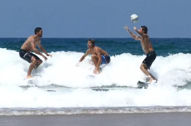 Petit foot surf pendant la Coupe du Monde Leonardo Fioraventi Tristan Guilbaud Jorgann Couzinet Justin Bécret