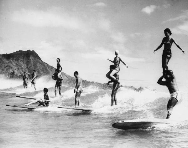 longboard bois hawai Surf : Que choisir entre Longboard et Shortboard ?