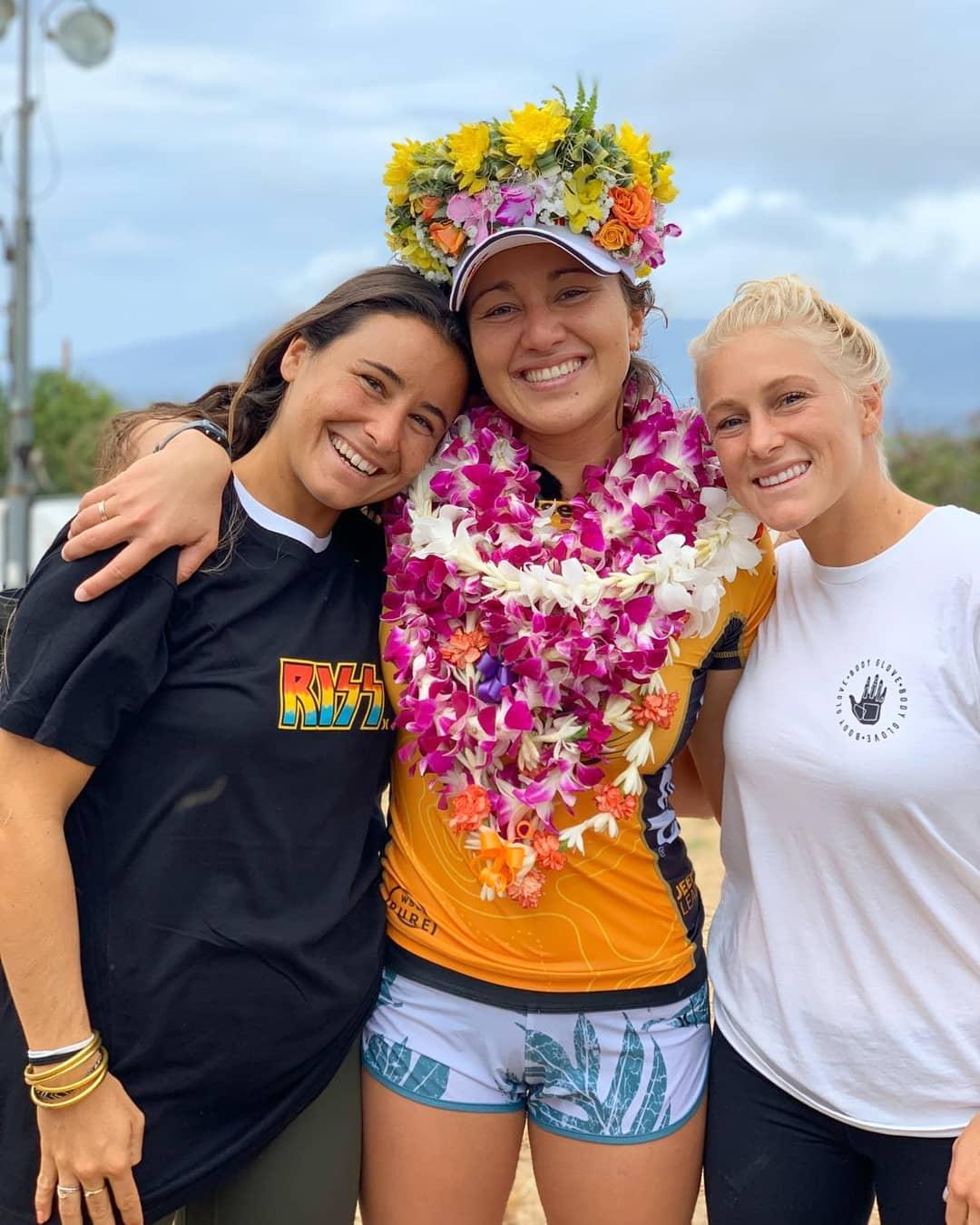 Johanne Defay avec Carissa Moore championne du monde de surf 2019