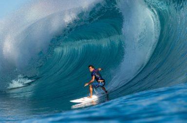Michel Bourez surfe à Teahupoo tahiti
