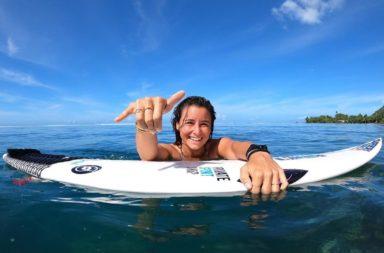 Johanne Defay surfe à tahiti avec michel bourez et jérémy florès