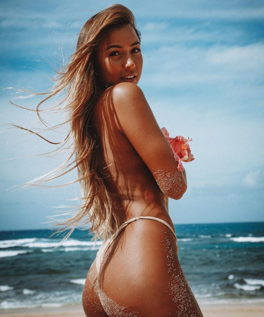 tia-blanco surfeuse bikini hot string thong ass nude nue sexy topless