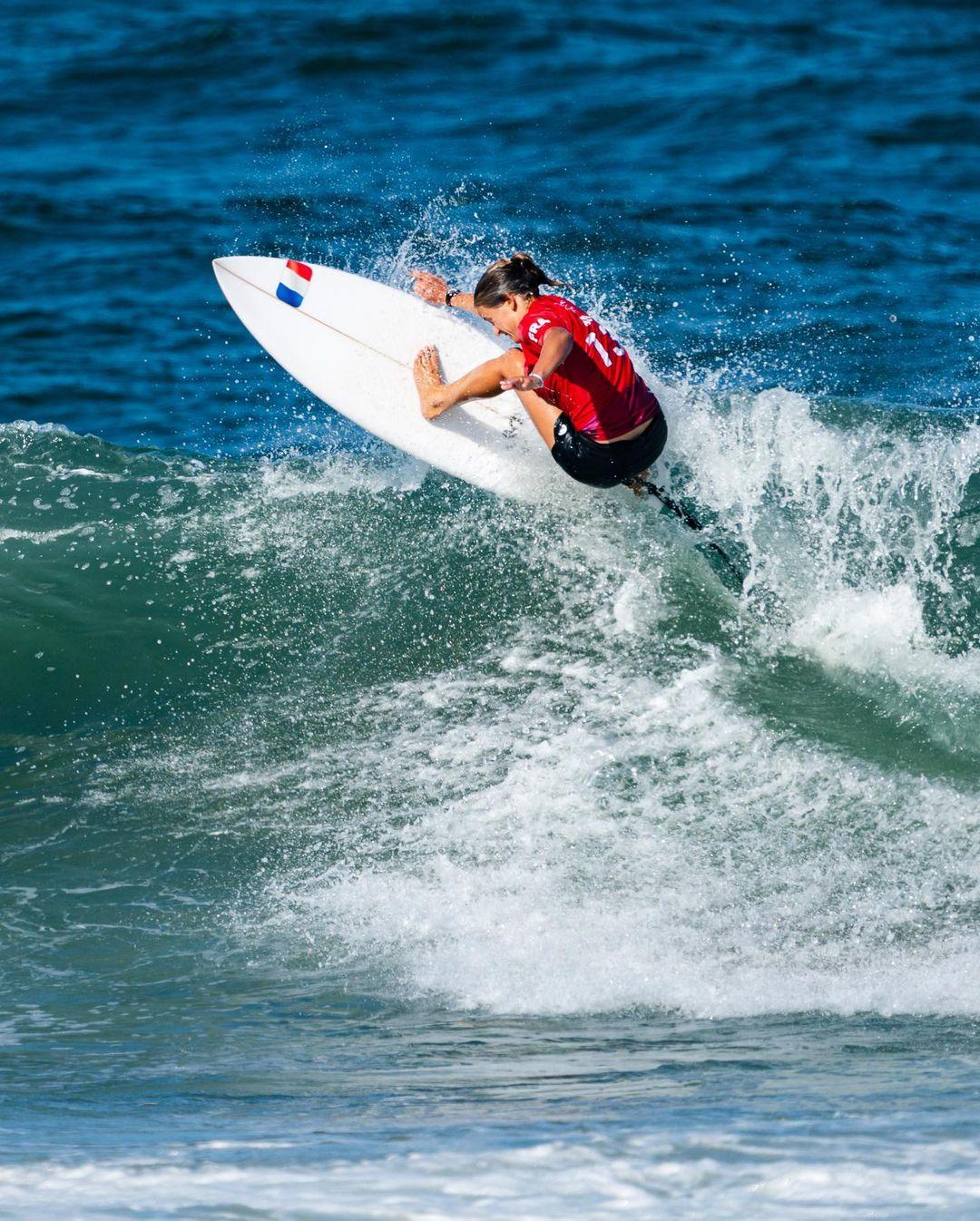 pauline ado johanne defay michel bourez et jérémy florès aux jeux olympique de tokyo 2020 surf